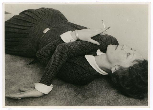 bauhaus photo Grit Kallin-Fischer, Self portrait with cigarette, c. 1928